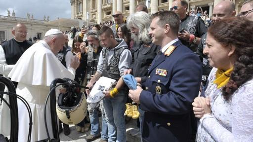 Papst-Harley-002-Segnung-Photo-Vatikan-und-Jesus-Biker-1.512x288-crop.jpg